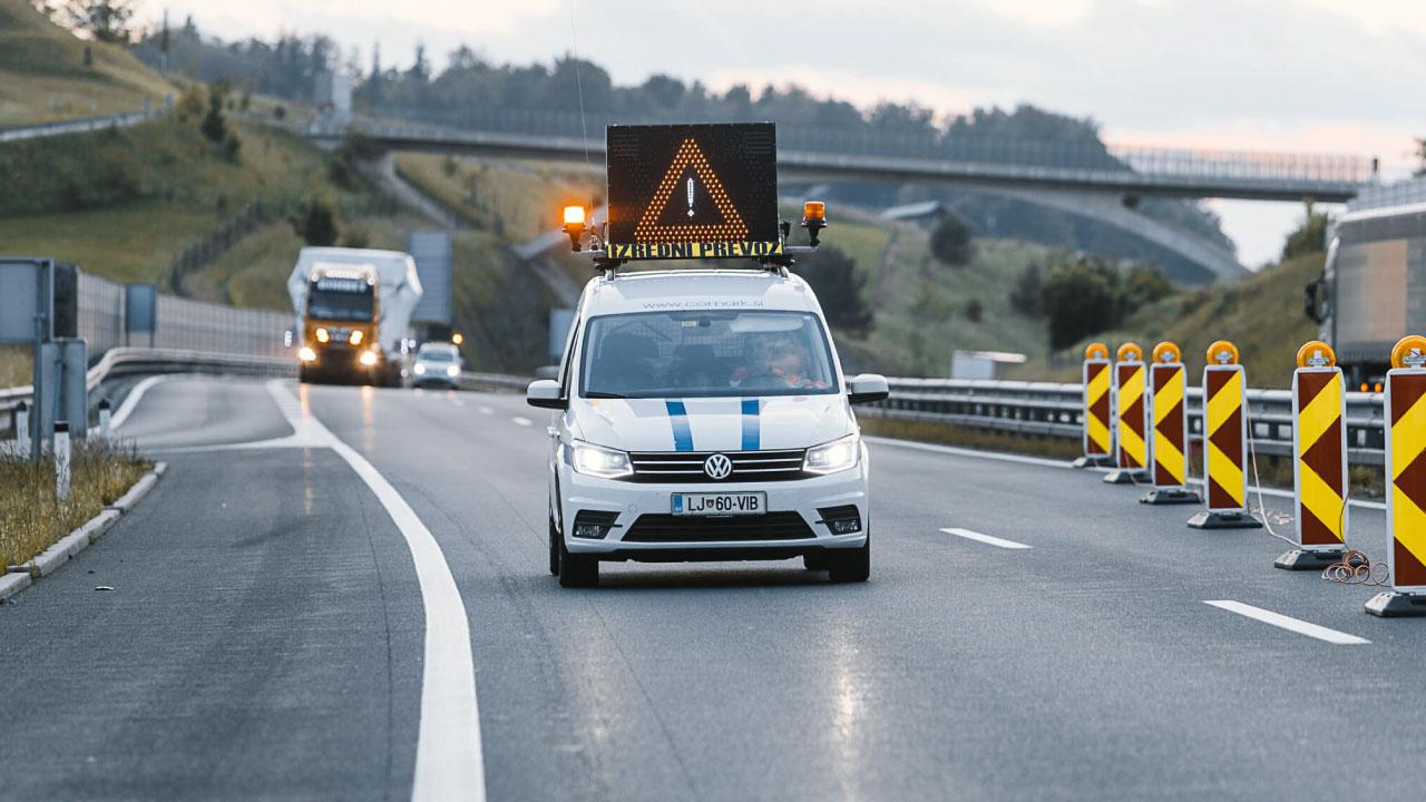 spremstvo izredni prevoz comark slovenija avtocesta delo na cesti pilot car
